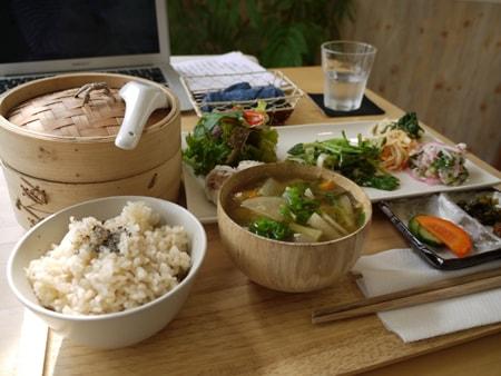 体に優しい食事(料理)のイメージ画像