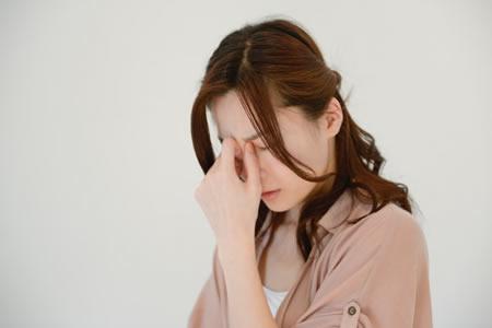 目の疲れを感じている女性のイメージ画像