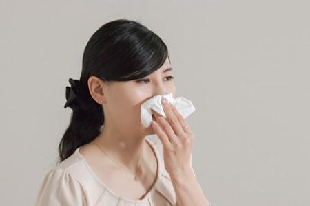 鼻炎を発生した女性