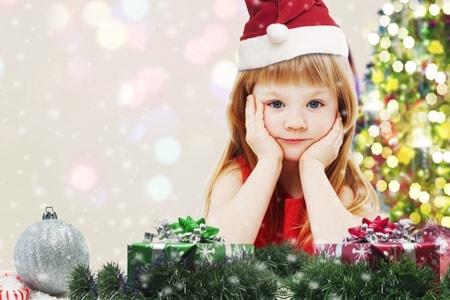 クリスマスを楽しみに待っている女の子