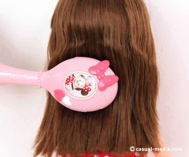 ずっと ぎゅっと レミン&ソラン ソラン おしゃれきほんセット ソランちゃんの髪の毛をくしでとかしている様子