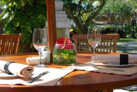 ワイングラスのランチタイムイメージ画像
