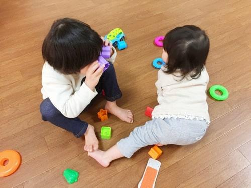 室内で遊ぶ園児の様子