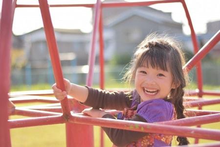子供が公園で遊んでいる様子のイメージ画像