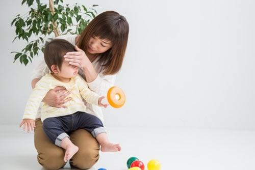 赤ちゃんの体調が悪そうな様子を心配するお母さん