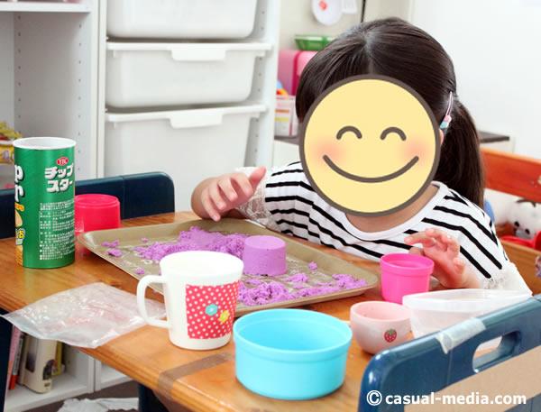 お部屋で砂遊び(ダイソー)で、年長女の子が遊んでいる様子