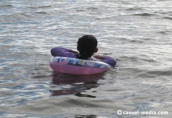 40代・30代ママの水着は体型カバーにラッシュガードを着用必須!川遊びや海水浴を満喫